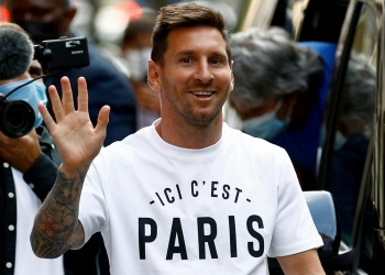 Argentinian football player Lionel Messi arrives at the Monceau hotel in Paris on August 10, 2021, as the football legend is expected to sign an initial two-year deal with Paris Saint-Germain football club following his departure from boyhood club Barcelona.  (Photo by Sameer Al-DOUMY / AFP)